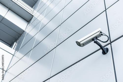 Montage in der Fensternische Stadtgebaude Videokamera - Videoüberwachung eines Hochhauses