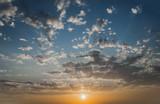 Tlo  Chmury na błękitnym niebie podczas zachodu słońca