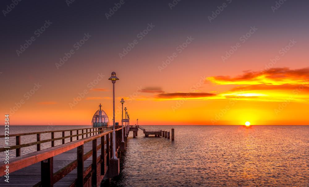 Fototapety, obrazy: Seebrücke mit Tauchglocke bei Sonnenaufgang