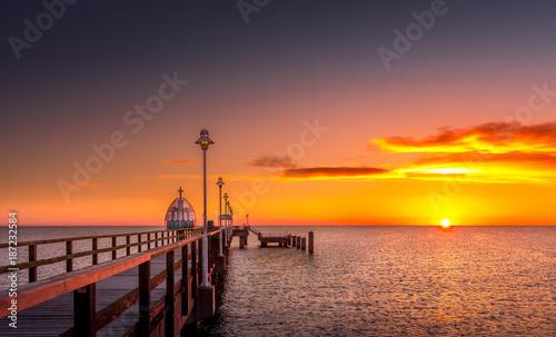 Obraz Seebrücke mit Tauchglocke bei Sonnenaufgang - fototapety do salonu