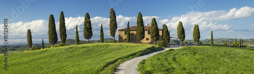 Foto op Plexiglas Toscane panorama with green field and farm house in Tuscany in Italy
