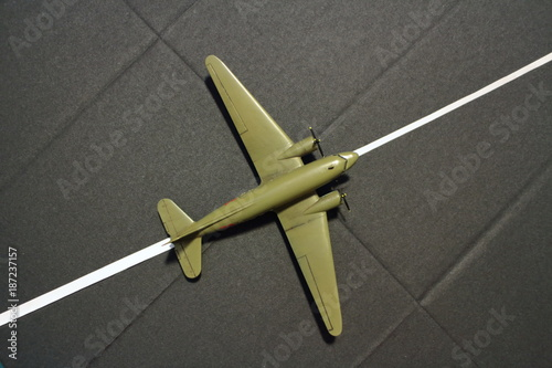 Photo  runway military transport aircraft from above, miniature model