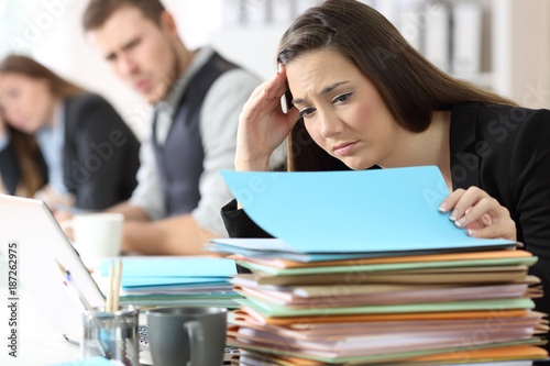 Fototapeta Worried employee with an amount of documents obraz