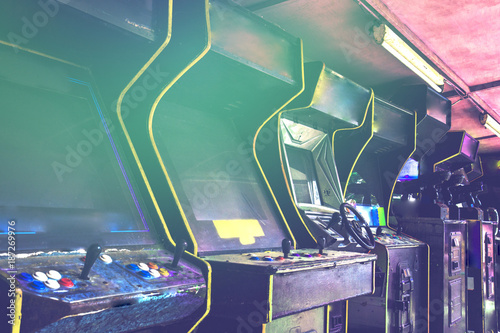 Cuadros en Lienzo Old used classic forgotten Vintage Arcade in room and none of players playing video games in the frame