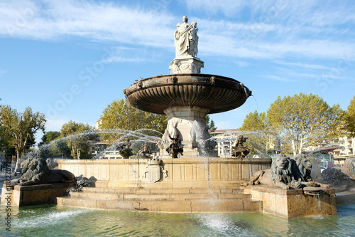 Papiers peints Fontaine Aix-en-Provence, France - October 18, 2017 : the famous fountain Rotonde at the base of the Cours Mirabeau market street