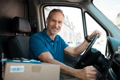 Fotomural  Delivery man driving van
