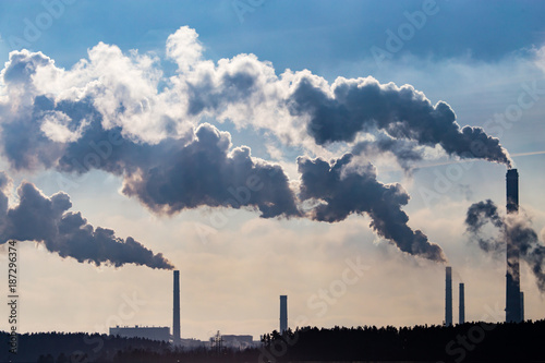Foto Industrial smoke from the plant pollutes the air