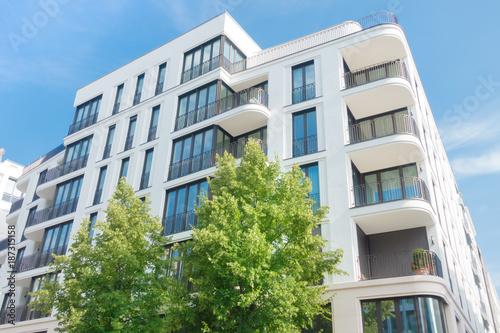 modernes Mehrfamilienhaus in Berlin - Eigentumswohnung Fototapeta