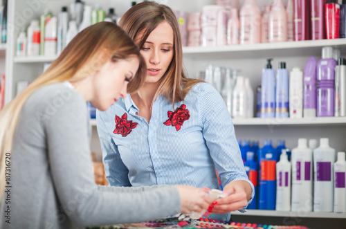 Zdjęcie XXL Klient kobieta wybiera kosmetyki z asystentem w piękno sklepie