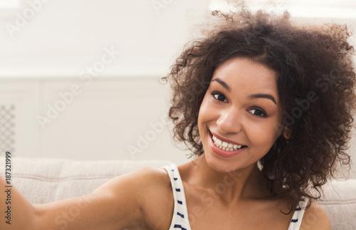 Fototapety, obrazy: Cute smiling african-american girl making selfie