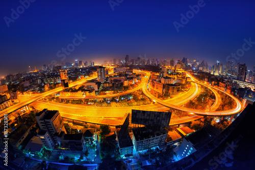 Photo  Traffic in modern city at night