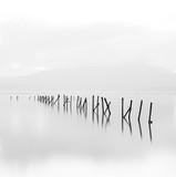 Piękna czarno-biała minimalistyczna scena z długim czasem naświetlania. - 187330319