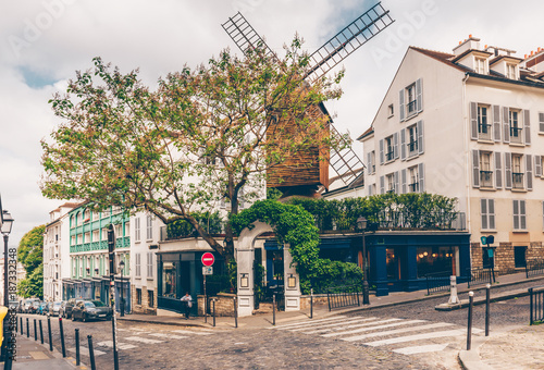 Photo  View of cozy street with old mill in quarter Montmartre in Paris, France