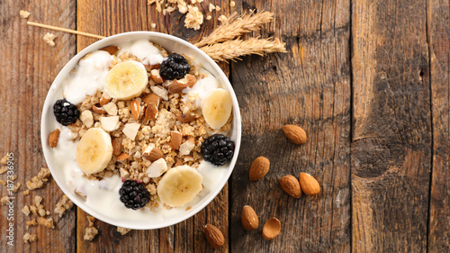 Fotografia cereal,yogurt and fruit