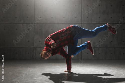 mlody-elegancki-meski-breakdancer-pozuje-w-studiu