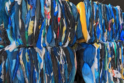 Foto op Plexiglas Paradijsvogel Ballen mit Plastikfolien fuer das Kunststoffrecycling in einem Recyclingbetrieb