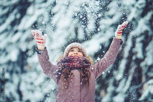 Obraz Little girl outdoor in winter - fototapety do salonu