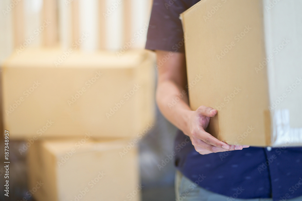 Fototapety, obrazy: close up man hand carrying big box for moving from old home to new home , relocation concept