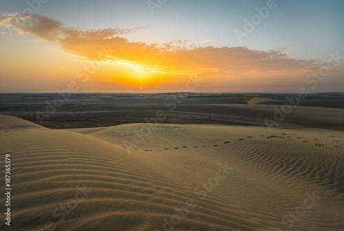 Fototapeta Pustynia Kataru o zachodzie słońca