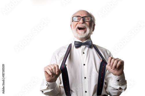 talia-w-gore-portret-radosny-stary-mezczyzna