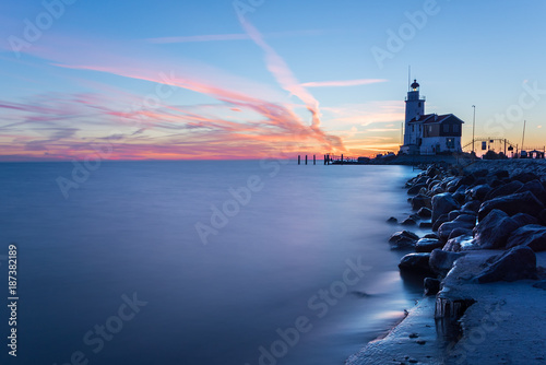 Fotobehang Paarden Paard van Marken lighthouse at sunrise