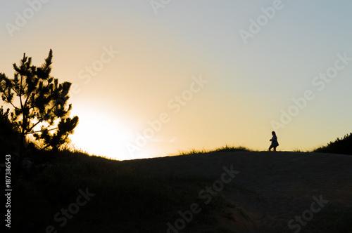 Photo silhouette on the dunes at sunset in Punta del Este, Uruguay