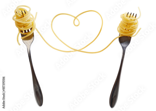 Foto Swirls of cooked spaghetti with fork. Spaghetti heart shape.