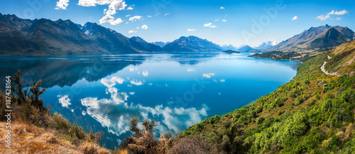 Fotobehang Bergen Bennett's Bluff Lookout, New Zealand -A Viewpoint on one of the most scenic drives in New Zealand that connects Queenstown and Glenorchy and overlooks Pig and Pidgeon Islands and Lake Wakatipu.