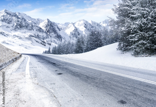 zimowa-droga-i-snieg-z-mrozem