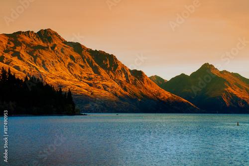 Photo  Cecil Peak, Walter Peak and Lake Wakatipu on sunset light in Queenstown tourist