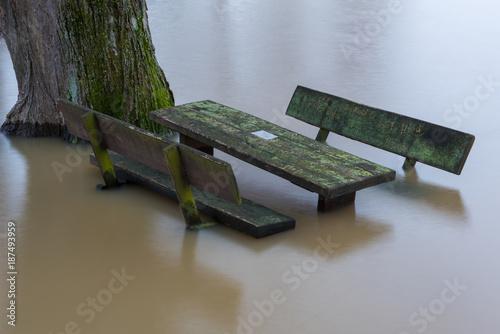 Plakat Stół i ławki w powodzi
