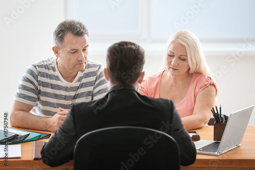 Photo Mature couple at notary public office