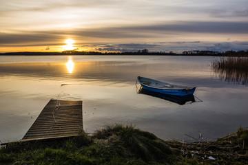 Wschód słońca nad jeziorem Swiecajty w pobliżu Węgorzewa, Mazury, Polska