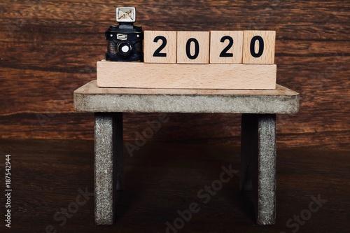 Poster  テーブルの上のカメラと2020