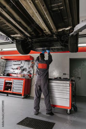 Mechanic Working On Car In Garage Workshop Kaufen Sie Dieses Foto