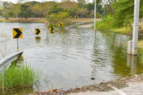 Plakat Powódź wodna na drodze