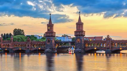 Berlin zmierzchu miasta linia horyzontu przy Oberbaum mostem i bomblowanie rzeką, Berlin, Niemcy