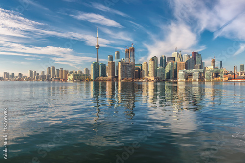 Obrazy Toronto  beautiful-toronto-city-skyline-and-cn-tower-on-sunny-day-toronto-ontario-canada