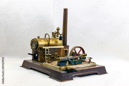 Photo Toy steam engine factory isolated on white background