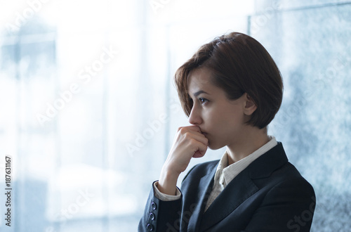 Obraz 考える若い女性 - fototapety do salonu