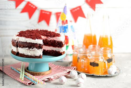 Fotografía  Homemade cake Red Velvet on a wooden background. Birthday party.