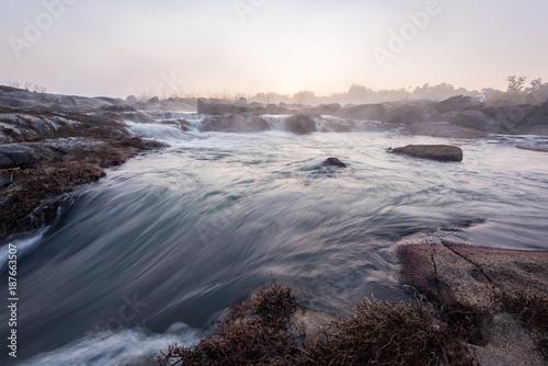 Cascata de água no imponente rio Cubango na província da Huíla em Angola ao nascer do sol.