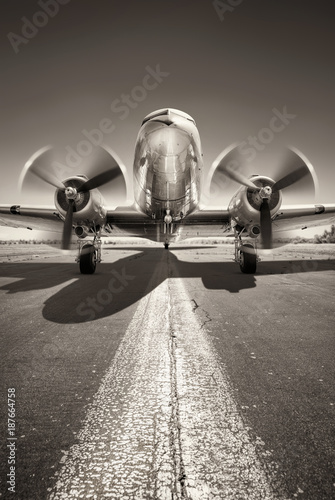 Foto historic aircraft is waiting for take off on a runway