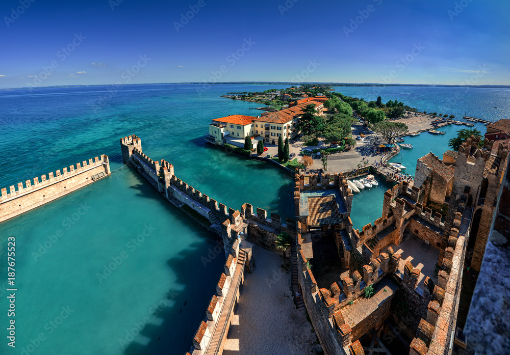 Photo  Panoramic aerial view on historical town Sirmione on peninsula in Garda lake, Lo