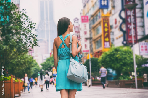 Foto op Aluminium Shanghai Shanghai city travel lifestyle shopping woman walking on Nanjing Road shop street, China, Asia. Asian girl with purse on urban adventure, famous chinese attraction landmark.