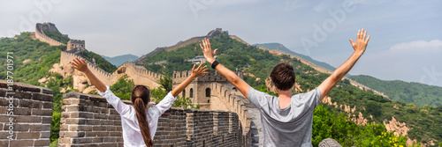 Fotobehang Aziatische Plekken China travel people winning of joy in Asia on Great Wall, Beijing, chinese landmark. Young couple tourists with arms up in happiness winners visiting Great Wall panorama landscape crop for background.