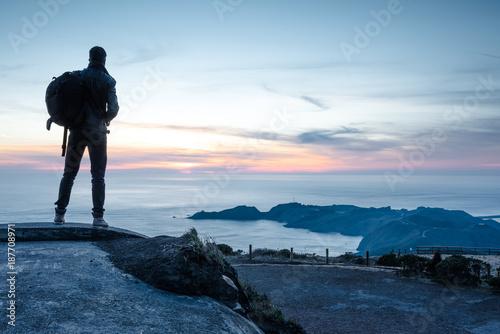 baroudeur regardant le coucher de soleil Canvas Print