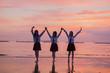 夕焼けの海と女子高生