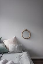 Bett Mit Vielen Kissen Aus Samt Und Leinen Und Einem Spiegel Aus Holz Als Dekoration