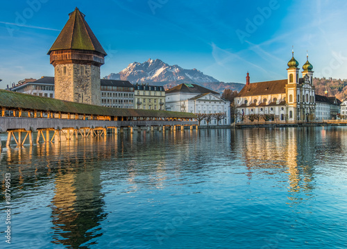 The Kapellbrücke (Chapel Bridge), a covered wooden footbridge spanning diagonally across the Reuss in the city of Lucerne in central Switzerland Fotobehang